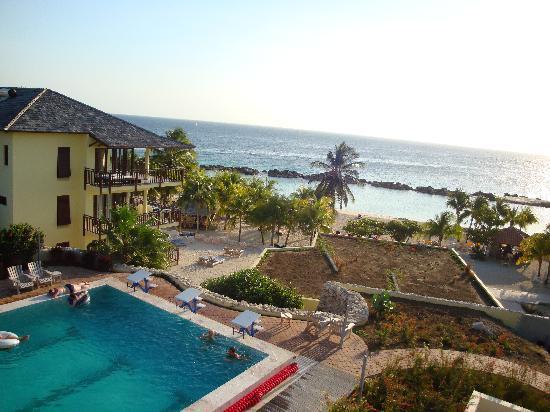 Uitzicht over zee en zwembad foto van lions dive beach - Lions dive hotel curacao ...
