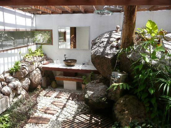 la Cigale: Open air bathroom