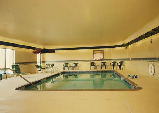 Quality Inn Fairmont: Relax in our indoor swimming pool!