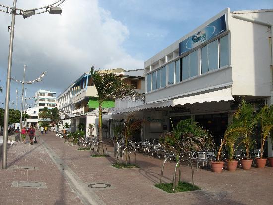 Portobelo Beach: Fachada, al lado las discotecas y en la esquina el Bahia Sardina, hotel mucho mas caro.