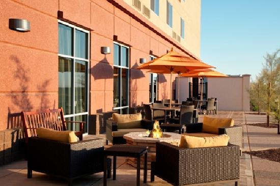 Courtyard Phoenix Chandler/Fashion Center: Relax and unwind in spacious outdoor seating with breathtaking sunset views.