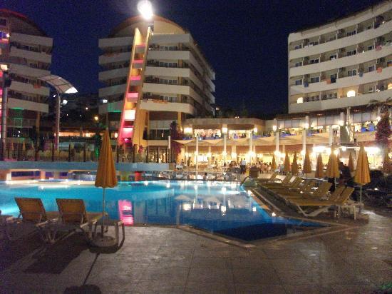 Türkler, ตุรกี: Pool at night