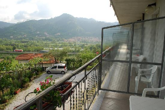 La Greppia Albergo Ristorante: Balcony view, the motorway is not far below us on the rights.