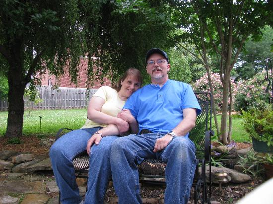 The Inn at Mountain View: Dave&Sheila in the backyard of the B&B