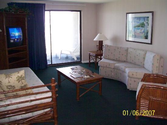 Days Inn and Suites Key Islamorada: Living room with sliders to balcony