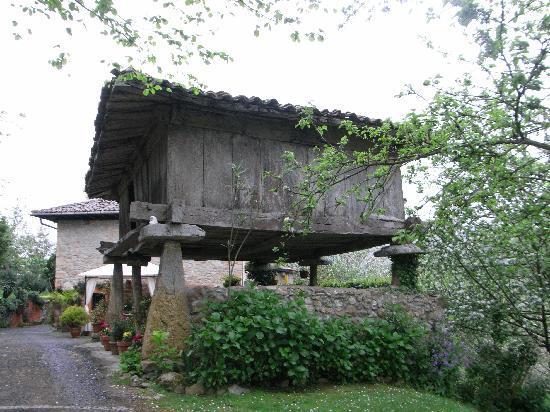 La Casa Nueva: Horreos in the garden