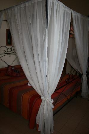 La Casa Sul Lago: 4 poster bed