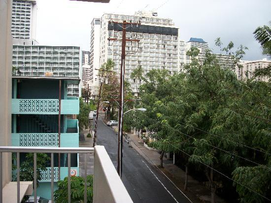 Waikiki Central Hotel: The view from outside the room's front door