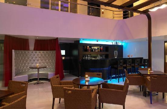 Royal Orchid Golden Suites: Atrium bar
