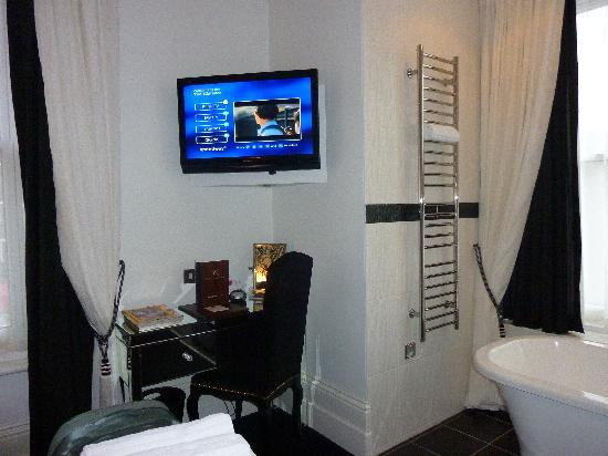 The Clarence Hotel: Desk, TV, bath