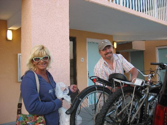 Regency Inn & Suites: Viv & Larry unloading the bikes!