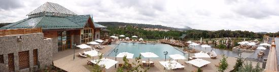 Michlifen Ifrane Suites & Spa : Open and closed pools with stunning view