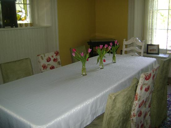 Tynavon Bed and Breakfast: Dining room table....complete with fresh flowers
