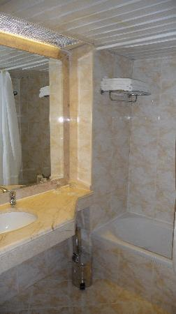 Grand Cettia Hotel: Bathroom