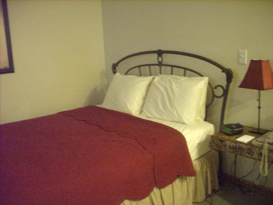 Graystone Cottages: OUR COZY BED
