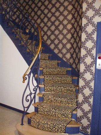 BEST WESTERN Gaillon Opera : Lobby Staircase