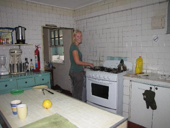 Hostel Mamallena: Cooking in the clean, spacious kitchen