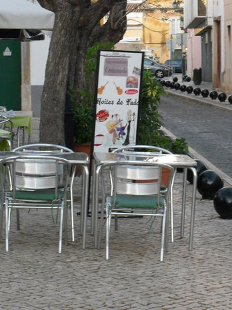 Restaurante Centenario: Outside dining in the middle of two roads