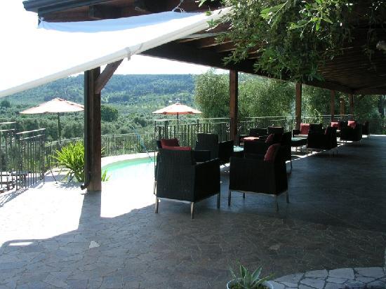 B&B Borgo del Nespolo: Terrasse mit Pool und Umgebung