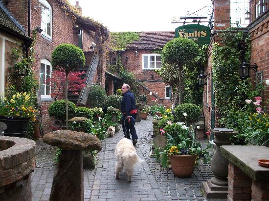 Greyhound Coaching Inn: The courtyard