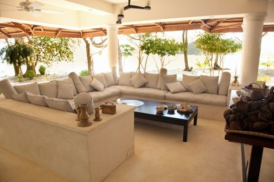Mangenguey Island: Gorgeous lounge area to enjoy the sounds of the sea with the smells of the kitchen