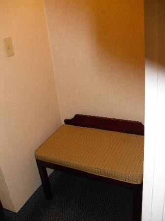 Red Lion Hotel and Conference Center-Seattle-Renton: Settee makes otherwise wasted cubby usable.
