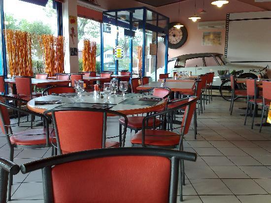 Hotel Rond Point : salle du restaurant et sa DS