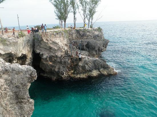 Montego Bay, Jamaica: Cliff divers at Rick's Cafe