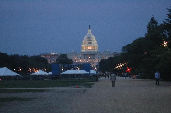 Washington DC, DC: The Capitol building at night