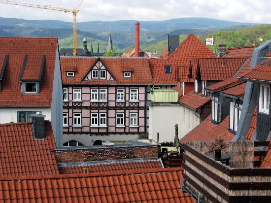 Apart Hotel Wernigerode: Über den Dächern: rechts (SW) der Brocken