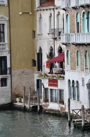 Al Ponte Antico Hotel: The hotel from the Rialto Bridge