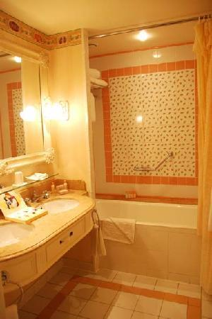 Disneyland Hotel: Room 2314 bathroom