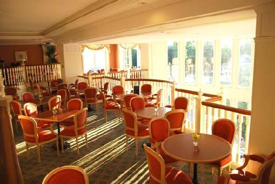 Disneyland Hotel: Breakfast and bar area of Castle Club