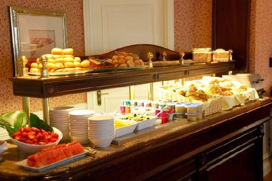 Breakfast castle club 1 picture of disneyland hotel for Chambre castle club disneyland hotel