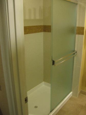 Stone Villa Inn San Mateo - San Francisco SFO : Glass door. The shadows showed my shampoo bottles on top of the rails.