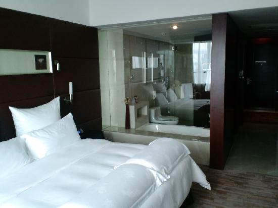Days Inn Guangzhou: 客室内部、風呂がガラス張り