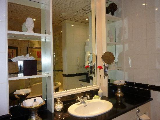 The Chesterfield Mayfair: Bathroom 1