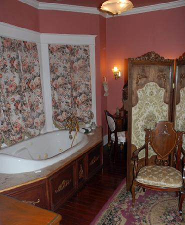 Hayes House Bed and Breakfast: the bathroom is beautiful!