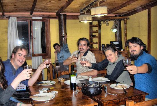 Posada Patagonica Nakel Yen: Cenando con amigos
