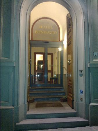 Hotel Bonifacio: L'ingresso un po' nascosto