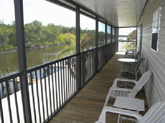 Glades Haven Cozy Cabins: Relax on the screend balcony of waterfront homes