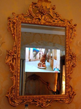 Hotel Canal Grande: Mirror turned into TV