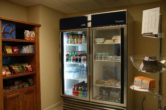 Hampton Inn Suites Valdosta Conference Center: The convenient suite shop.