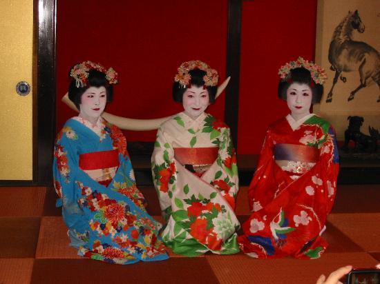 Sakata, Japon : Somaro: Maiko Dancing