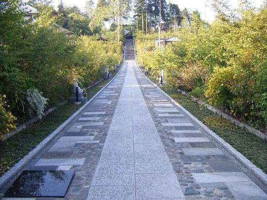 Rinnoji Temple: 入口から続く長い階段