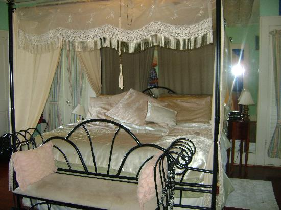 Avenue O Bed and Breakfast: the very comfortable king size bed. never wanted to get up in the morning!