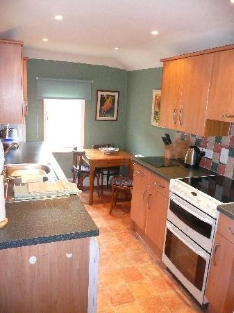 Salisbury Apartments: Kitchen