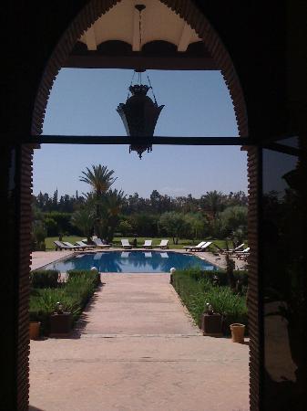 La Villa des Golfs: du salon directement dans la grande piscine....