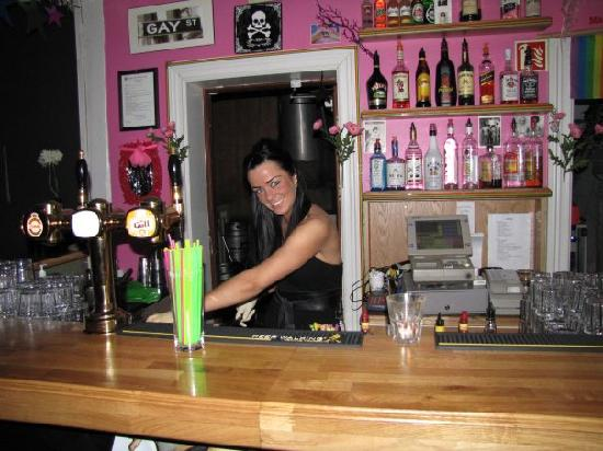 Kiki Queer Bar: Linda, Barwoman in Barbara Club!