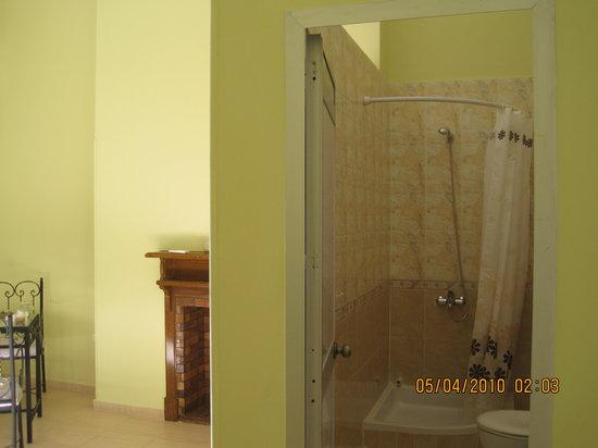 Hotel Luna : Modern bathroom